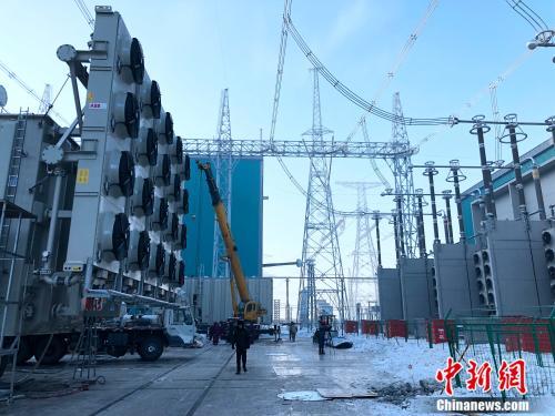 昌吉—古泉±1100千伏特高压直流输电工程昌吉换流站施工现场。勉征 摄