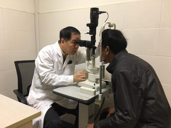 圖為醫生為患者檢查  寧波市民政局供圖