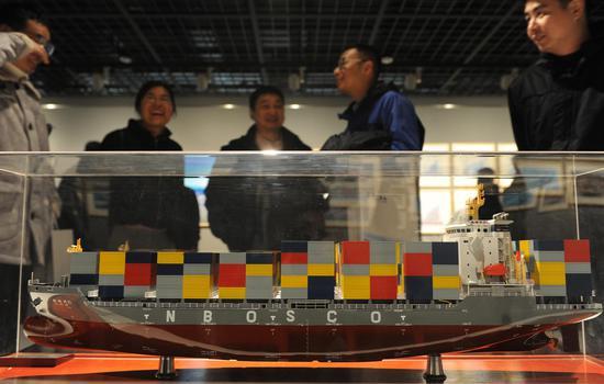 图为:展出的货轮模型吸引了民众关注。张茵 摄