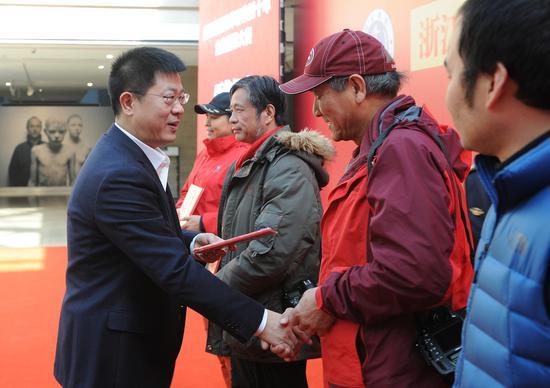 图为:浙江省港航管理局局长胡旭铭在为获奖者颁奖。张茵 摄