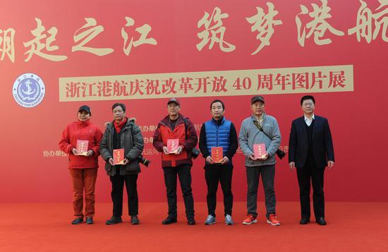图为:浙江省港航管理局局长胡旭铭与二等奖获奖者合影。张茵 摄