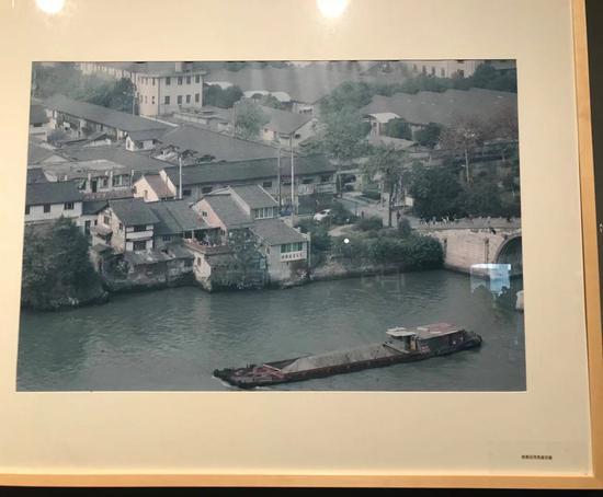 《桥西沿河民居旧貌》。胡哲斐 摄