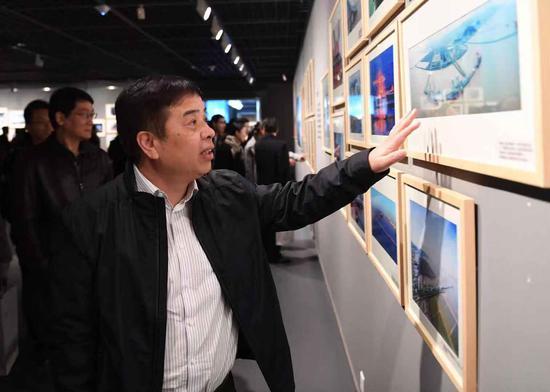 浙江省交通厅党组成员、副厅长任忠参观图片展。李晨韵 摄