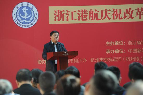 图为:浙江省交通运输厅副厅长、党组成员任忠在与一等奖获奖者合影。张茵 摄