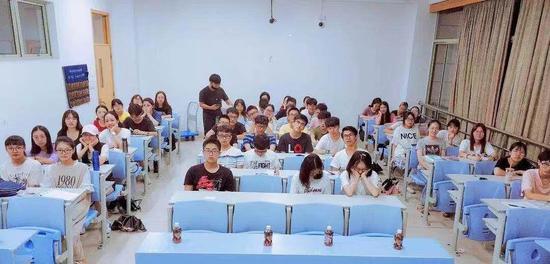 学生在上课。 校方提供