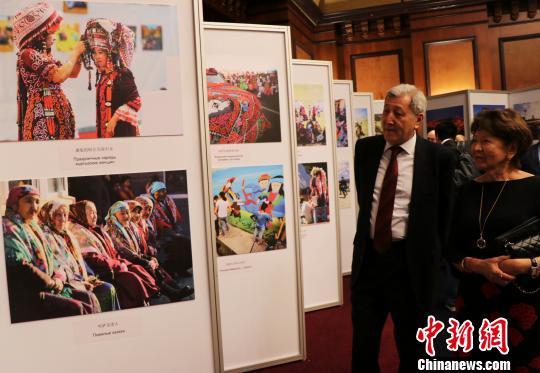 """大美新疆图片展在阿拉木图开幕 讲述""""新疆是个好地方"""""""
