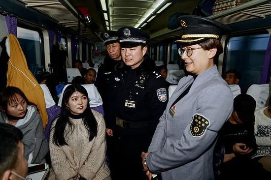新疆铁警强化列车治安管控
