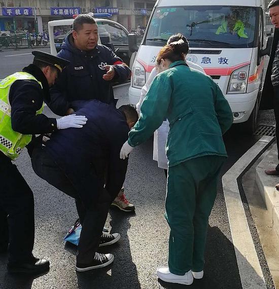 男子突然晕倒 路人接力施救 。 婺城宣传部提供