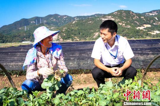 图为:客户经理到蔬菜种植区作贷后走访。 台州市金融办提供