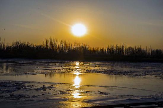 新疆开都河大面积封冻 冰雪交融美景迷人