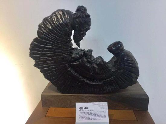 图为郑兴国曾在西班牙展出的根雕作品。 项菁 摄