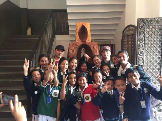图为郑兴国携嵊州根雕走向尼泊尔。 受访者提供