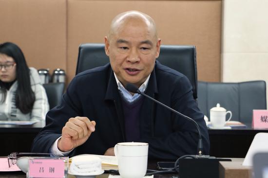 浙江京新药业股份有限公司董事长吕钢介绍总体情况。钱晨菲摄