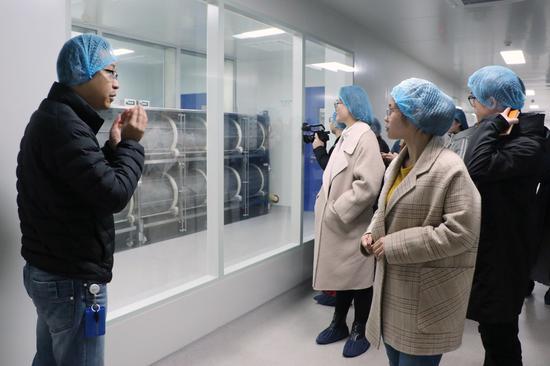 采风团记者参观浙江医药生产线。钱晨菲摄