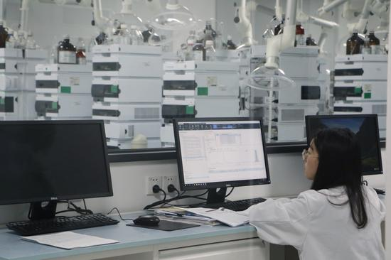 浙江京新药业股份有限公司实验室内。钱晨菲摄