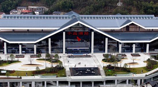 图为:鸟瞰之下的千岛湖站。柱子(通讯员)摄