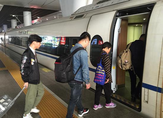 图为:丁秋美带队同谢健连一家前往广西。 平湖公安供图