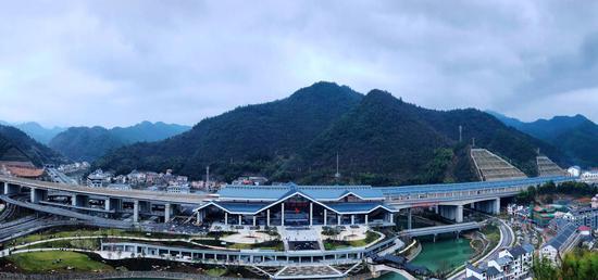 图为:千岛湖站全景图。柱子(通讯员)摄