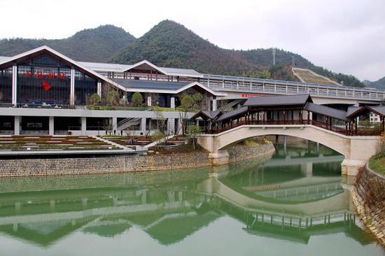 图为:千岛湖站附近环境优美。柱子(通讯员)摄