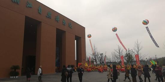 浙江自然博物院新馆区—位于安吉县科教新区的安吉馆,彩球高悬  胡丰盛 摄