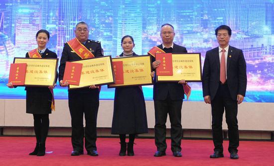 """张清云为""""最美建设集体""""颁奖。张茵 摄"""