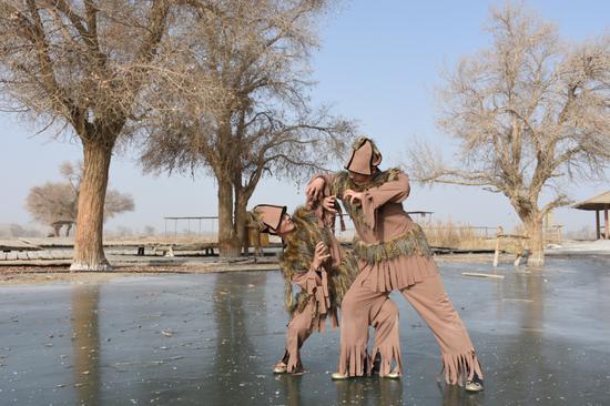 图为狮子舞演员在冰面上表演-赵伟铭 摄。