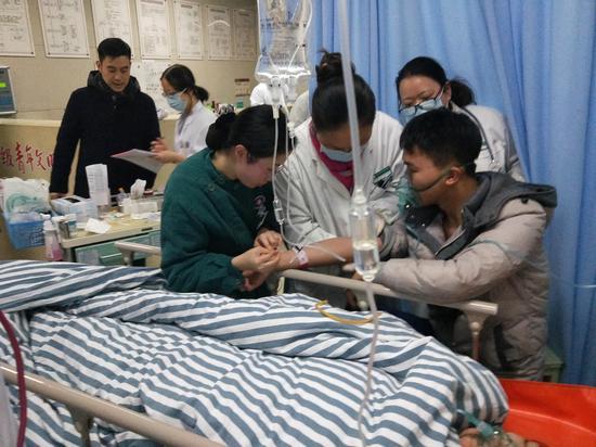 """浙江衢州20多位医护人员的""""独特跨年""""方式 张晓敏 摄"""