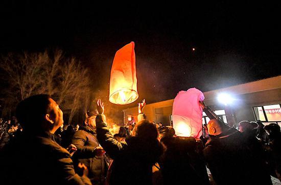 新疆民众乡间体验民俗 放飞孔明灯迎新年
