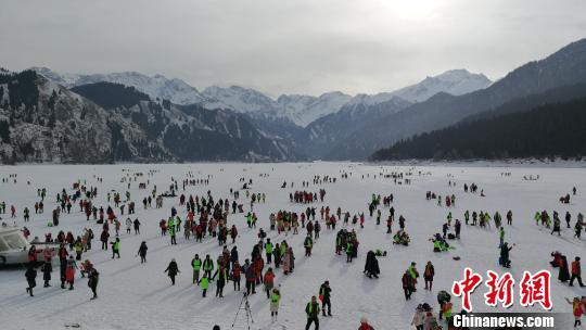 全国各地游客齐聚新疆天山天池欢度新年