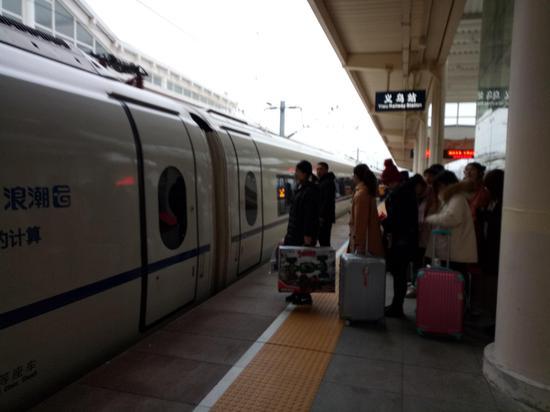 旅客排队乘坐高铁。 斯多林 摄