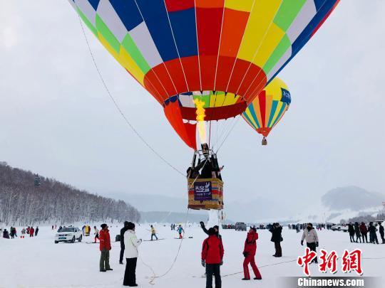 新疆喀纳斯冬季旅游热 游客大呼过瘾