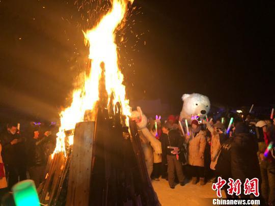 2018年12月31日晚,新疆喀纳斯禾木举办篝火晚会,游客们在欢庆中迎来新年。 勉征 摄