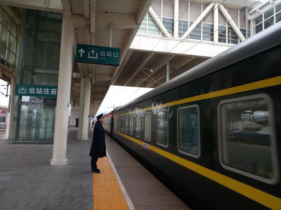 途经义乌站的普速列车 。 斯多林 摄
