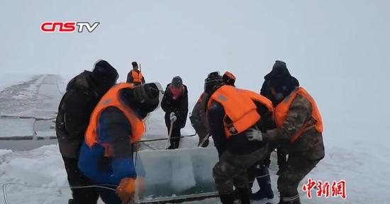 """隆冬探访冰面上工作的""""采冰人"""" 救生衣是标配"""