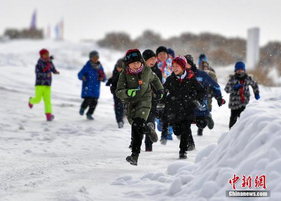 新疆小学生冰天雪地中上体育课