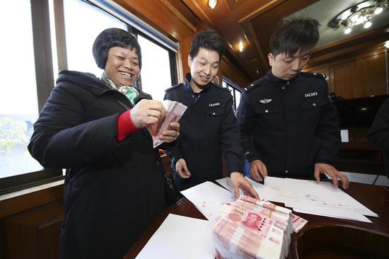 图为个别员工收到拖欠许久的工资。柯桥区分局供图