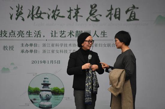 图为:中国美院设计学院院长吴海燕在和嘉宾互动。  王刚 摄