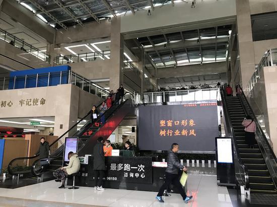 """义乌市行政服务中心跟以前熙熙攘攘的场景相比,显得""""冷清""""了不少  奚金燕 摄"""