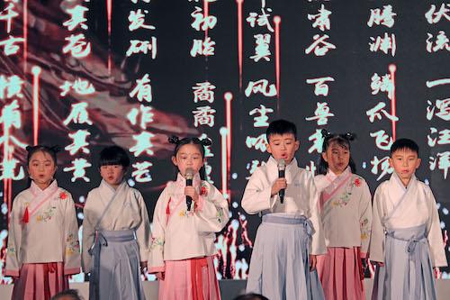 图为青少年现场表演《少年中国说》  主办方供图
