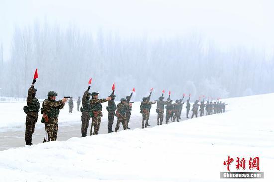 新疆武警野营拉练开赴天山深处