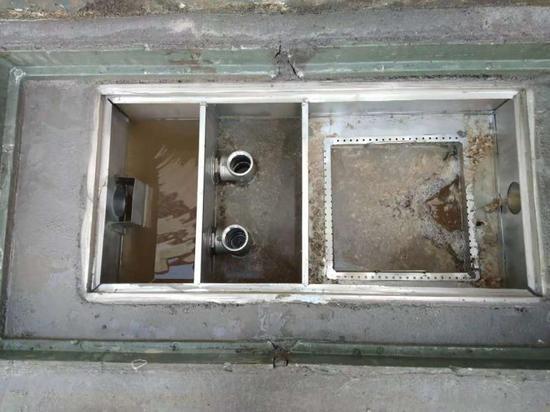 建设油水分离器和隔离池  张寅 摄