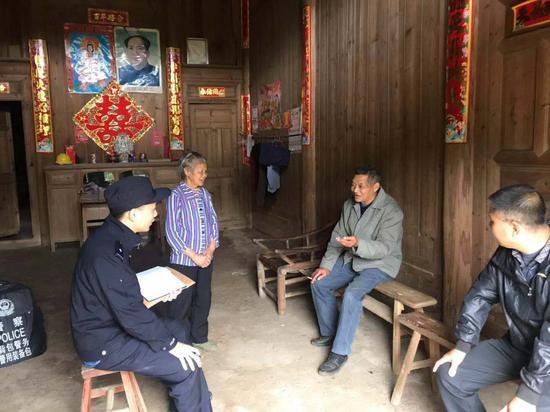 民警在江雅金出生地与其亲属及当地村干部谈话。泰顺警方供图