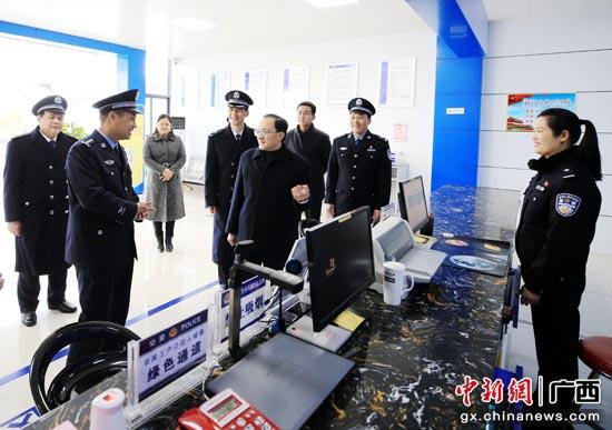 雷应敏率队在市公安局来华派出所户籍办证大厅参观。