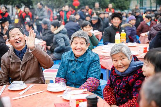 老人在欢声笑语中迎接农历新年。张卉 摄