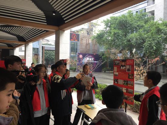 志愿者采用英语演讲、温州话等各种别致新颖的形式向同学们讲述改革开放的历程。鹿城区委宣传部供图