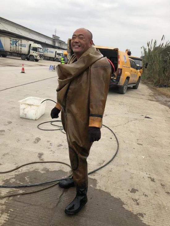 """图为:城市下水道""""蛙人""""洪豪杰。临海市委宣传部提供"""