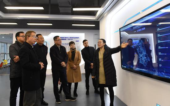 图为:浙江省委统战部副部长张润生等在参观了解统战新媒体大数据平台。 王刚 摄