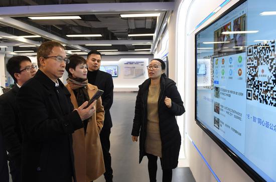 图为:浙江省委统战部副部长张润生在体验智能化工作系统。 王刚 摄