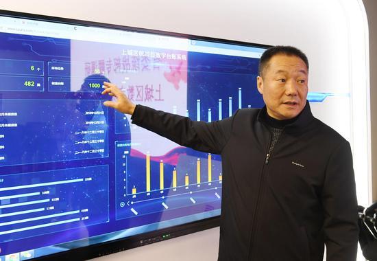图为:杭州市上城区委常委、统战部长来剑波在介绍上城区统战部数字台账系统。 王刚 摄
