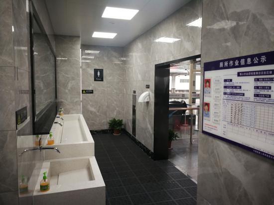 """铁路江山站开展""""厕所革命"""":提升人民群众出行体验 。 王清骏 摄"""